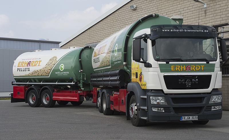 Firma Erhardt-Brennstoffe bringt Holzpellets zum Kunden