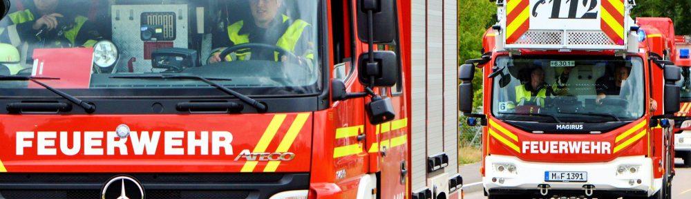 Feuerwehr Fahrzeuge bei der Anfahrt zu einem Brand.