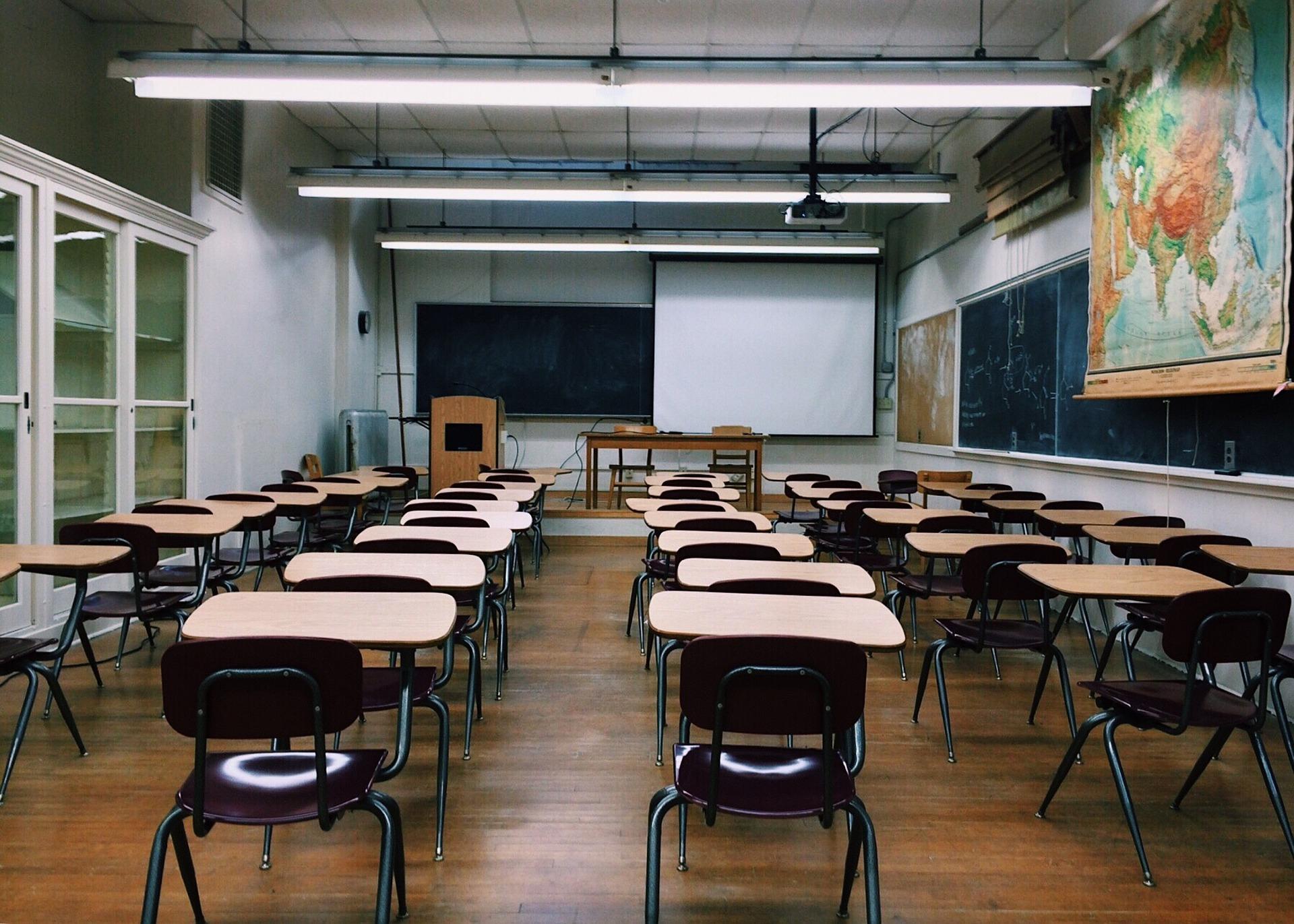 Lehrer in einer Grundschulklasse